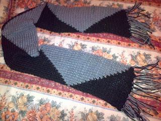 Bufanda en dos colores negro y gris tejida en telar de clavitos
