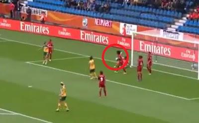 error futbol femenino coge la bola con las dos manos