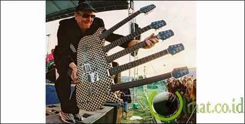 Ini adalah gitar elektrik yang memiliki 5 stang leher (neck),, bener bener unik