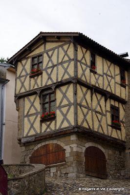Maisons à pans de bois, ruelles pavées du  moyen âge.