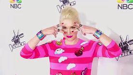 Gwen Stefani se glisse dans une tenue colorée avec des emojis