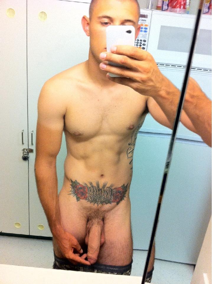 Um Careca Tatuado E Bem Dotado Pelado Em Frente Ao Espelho Para Dar