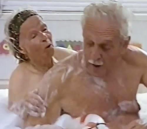 Propaganda da linha infantil do Snoopy. Ousadia com dois vovôs tomando banho juntos, na banheira.