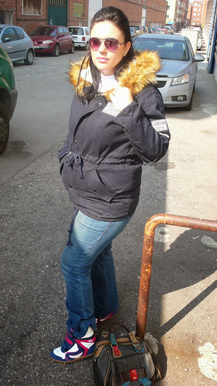 http://es.sheinside.com/Black-Raccoon-Fur-Hooded-Drawstring-Parka-p-150742-cat-1735.html