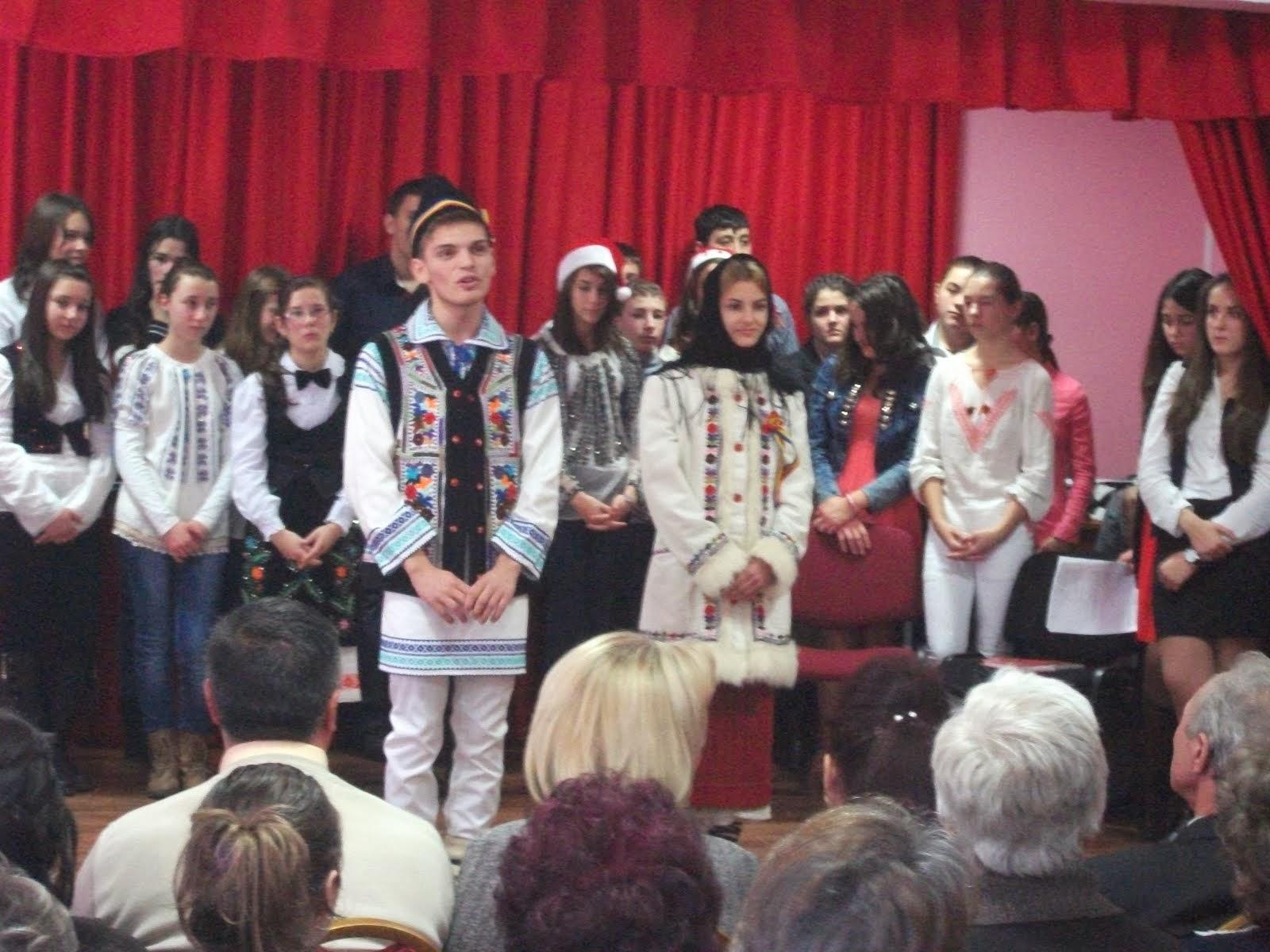 Aspecte de la serbarea de Crăciun, Liceul Teoretic Roznov, 18.12.2013...