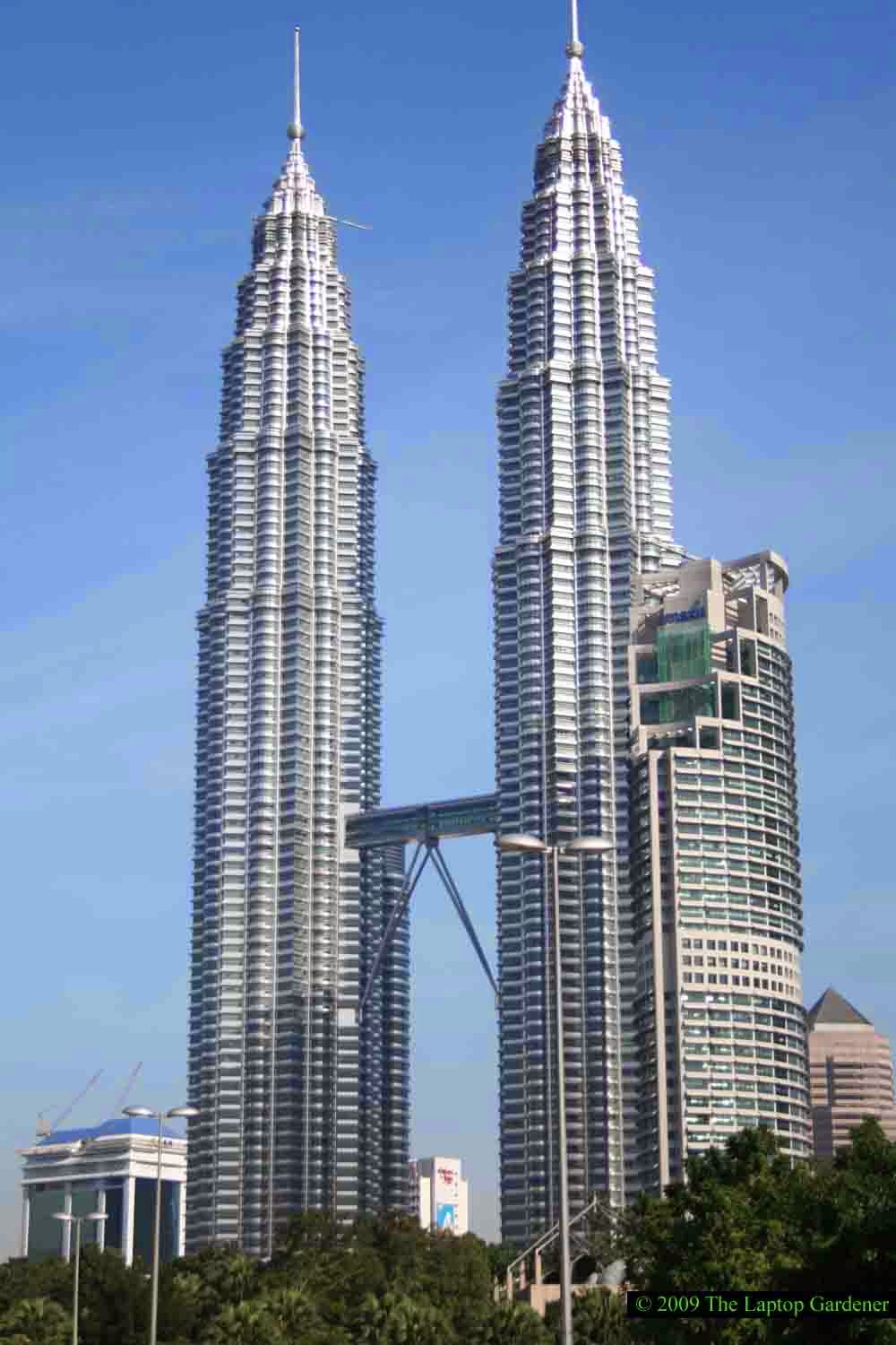 World visits petronas tower twin skyscrapers malaysia for Famous buildings in singapore