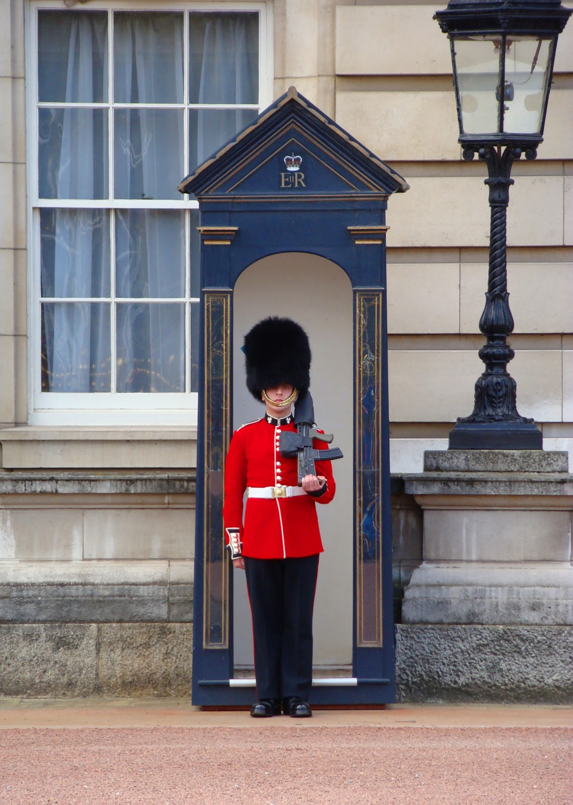 Guard (Guardia Della Regina) In Servizio Davanti Buckingham Palace #C80310 1138 1600 Sala Da Pranzo Buckingham Palace