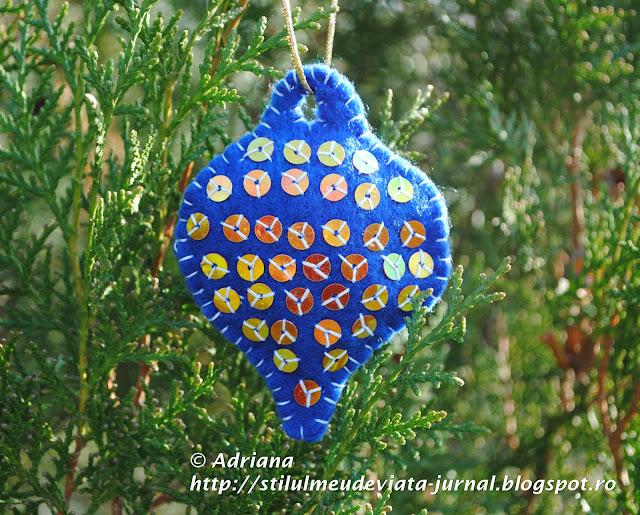 glob albastru din fetru, ornament handmade de craciun