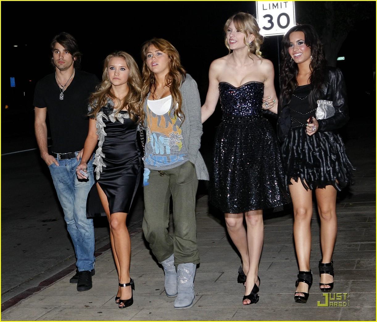 http://4.bp.blogspot.com/-uED-L9Kqkw4/TaTKT5KcPMI/AAAAAAAAADo/yK5f6G4VQZQ/s1600/Demi-Miley-Taylor-Emily-Justin-demi-lovato-and-miley-cyrus-5358163-1222-1044.jpg
