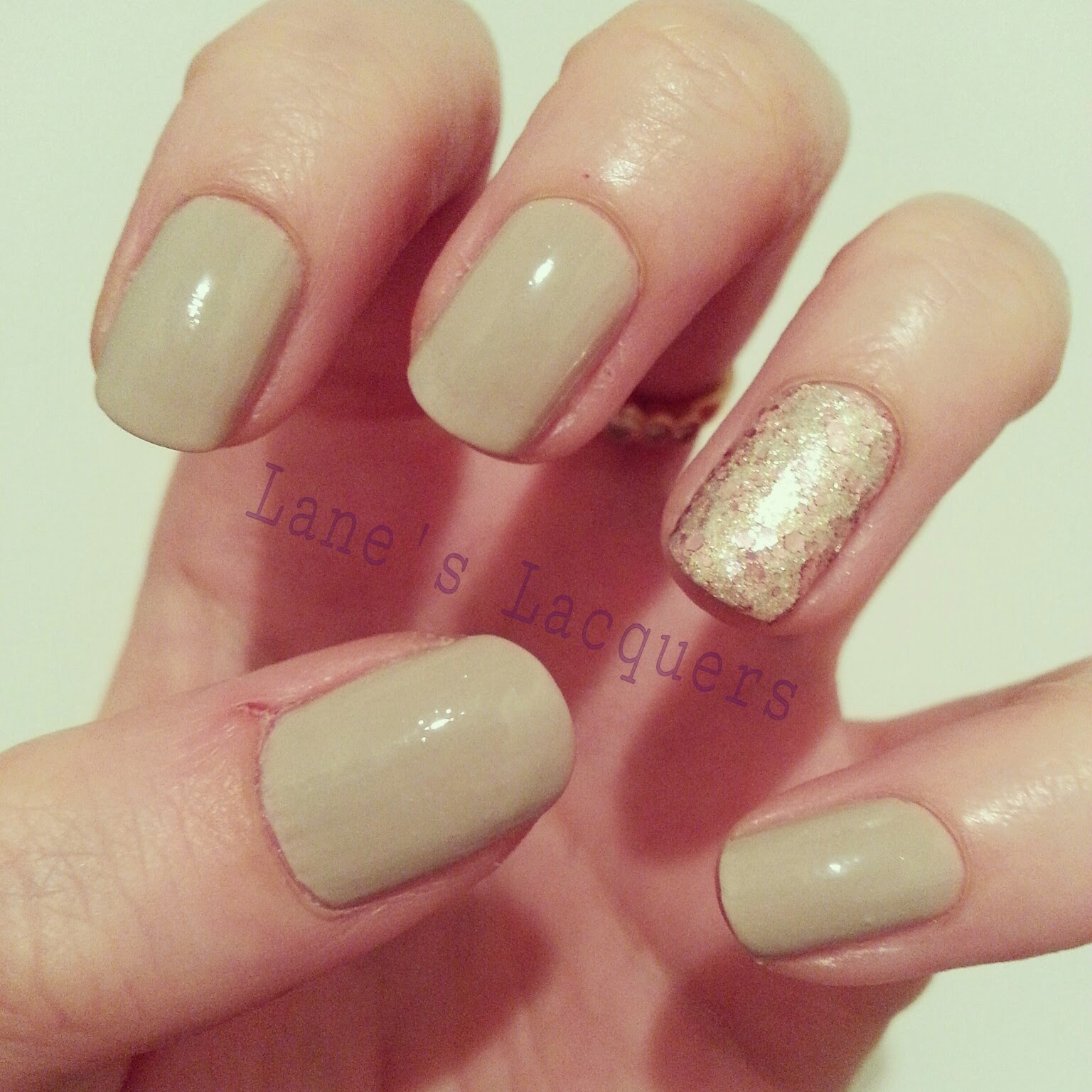 maybelline-color-show-bare-it-all-knitted-gold-accent-manicure