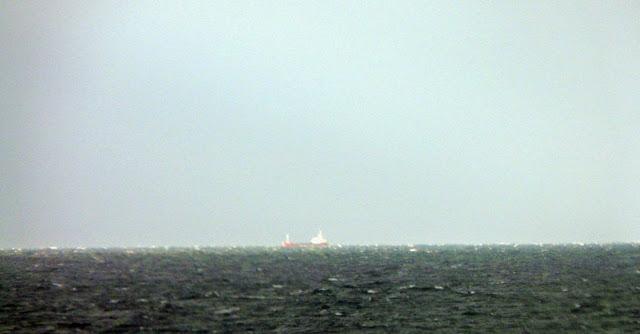barco mercante en el horizonte