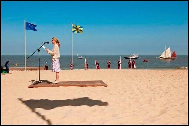 Chica delante de microfono en la playa.