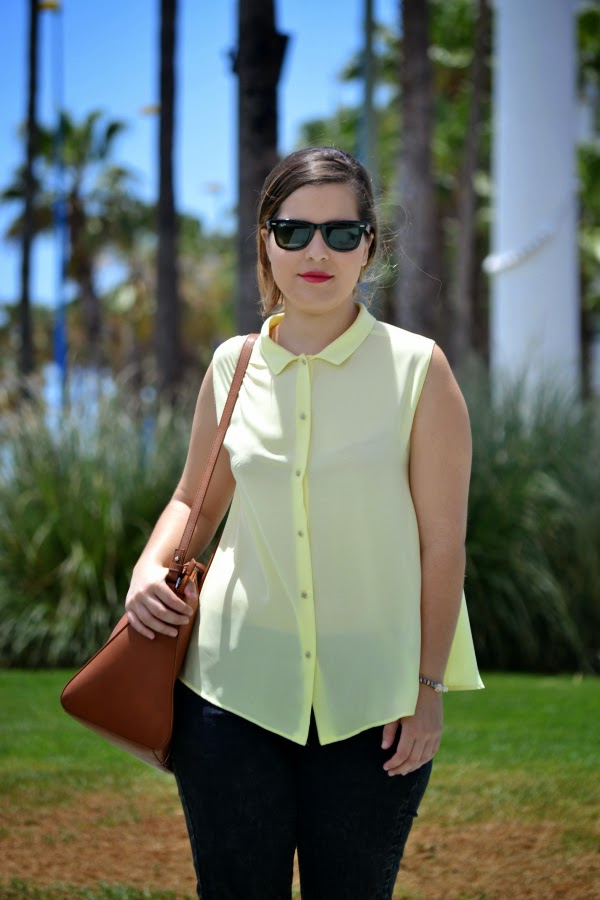 look_camisa_amarilla_botones_pedreria_sandalias_blancas_zara_nudelolablog_02