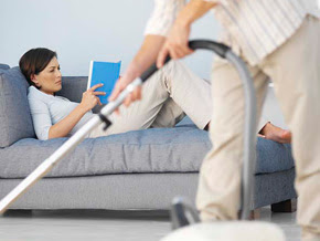 الأعمال المنزلية تزيد من الخلافات الزوجية وتؤدى إلى الانفصال - man-doing-chores- house cleaning