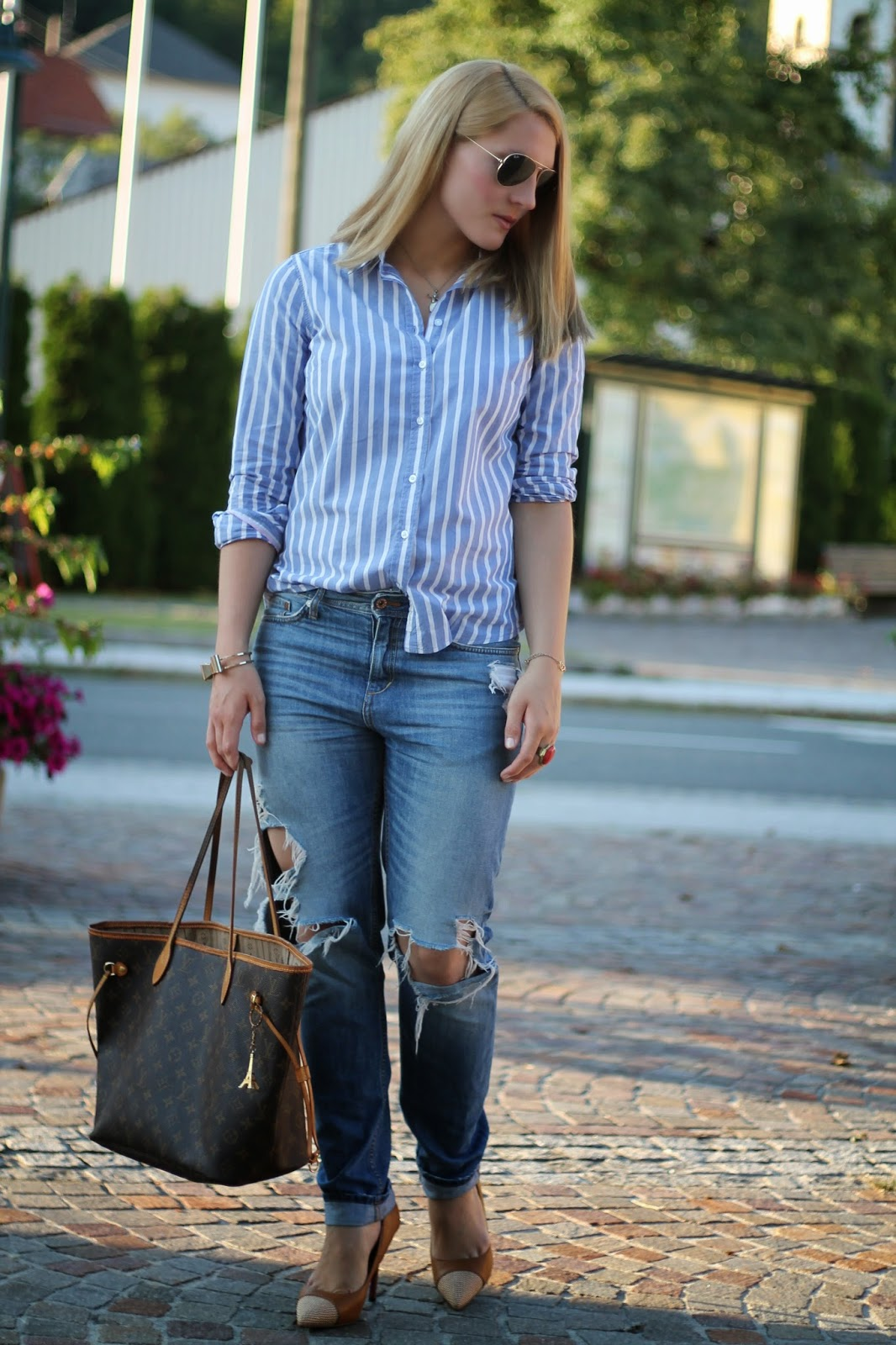 Fashionblogger Austria / Österreich / Deutsch / German / Kärnten / Carinthia / Klagenfurt / Köttmannsdorf / Spring Look / Classy / Edgy / Summer / Summer Style 2014 / Summer Look / Fashionista Look /   / Summer Look / Boyfriend Jeans / Louis Vuitton Neverfull Look / Brown Heels / Ray Ban Aviator / White Blue Blouse / Evening Look/