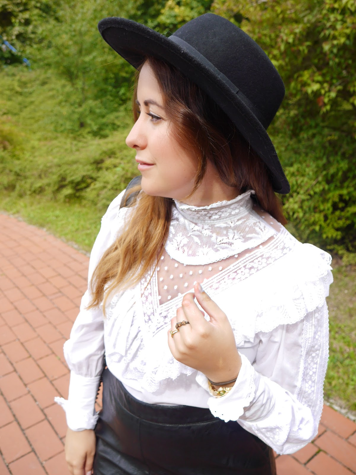 Street Style, egoblogger, fashion blogger, vintage shirt, lace shirt, Zara leather skirt, falda Zara cuero