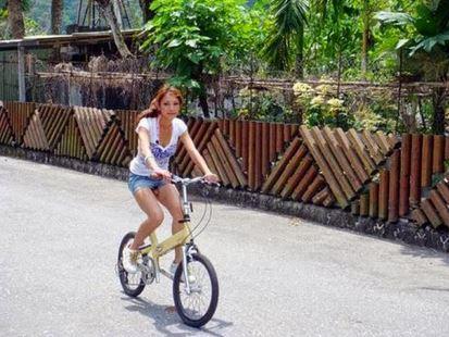 Perempuan bersepeda salah fokus
