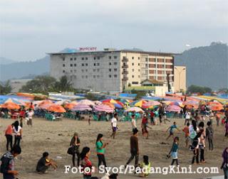 Hotel Mercure Padang dilihat dari Pantai Padang