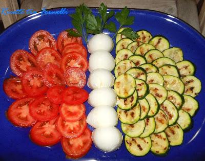 farfalla tricolore di zucchine mozzarella e pomodori
