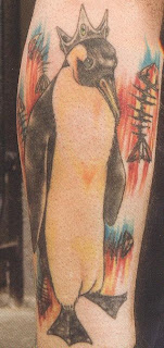 Tatuagem pinguim no perna
