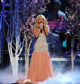 Foto de Shakira cantando en los Grammy Latino 2011