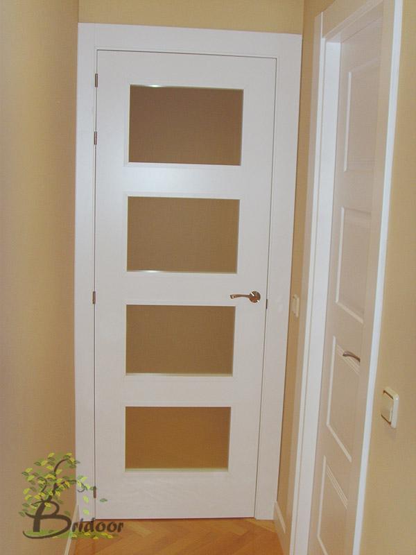 Bridoor s l puertas y armarios lacados para un piso en for Cristales para puertas de interior