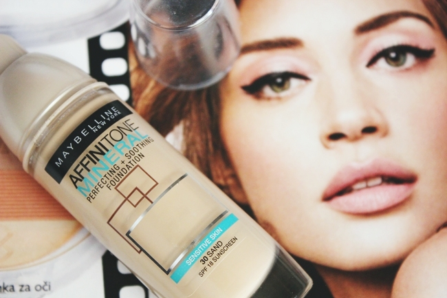 Maybelline: Affinitone Mineral foundation (sensitive skin) in Sand 30.Best drugstore foundations for dry/sensitive skin.Najbolji tecni puderi/podloge za suvu i osetljivu kozu.