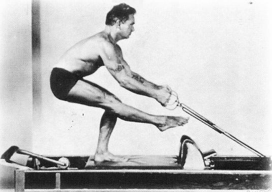 joseph pilates El método pilates fue creado a principios del siglo xx por el alemán joseph hubertus pilates, quien llamó a esta práctica contrología (contrology.