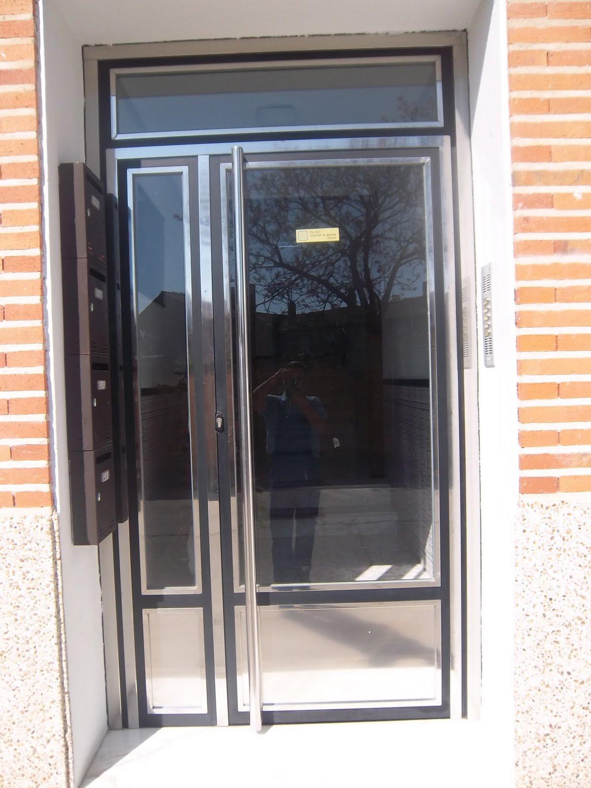 Norbel carpinteria met lica y acero inoxidable puerta de for Puertas de entrada de hierro