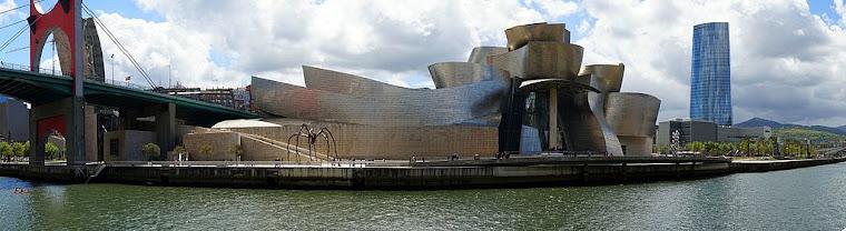 Museo Guggenheim, con el puente de La Salve a la izquierda y la torre Iberdrola a la derecha. Foto