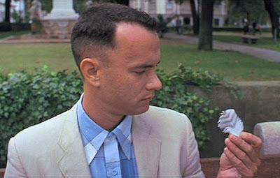 Forrest mira una pluma.
