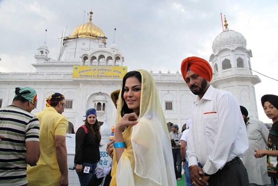 Veena Malik At Holy Shrine Of Gurudwara Sahib