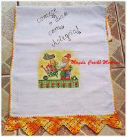 Bicos e barrados em crochê com decoupagem em toalhas e panps de pratos