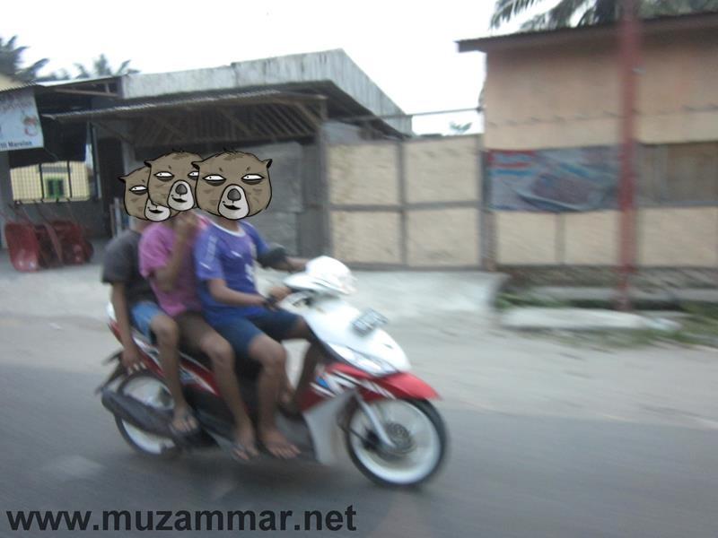Sore hari di saat jalan lagi ramai malah bonceng tiga plus ga pake helm . . . gawat . .
