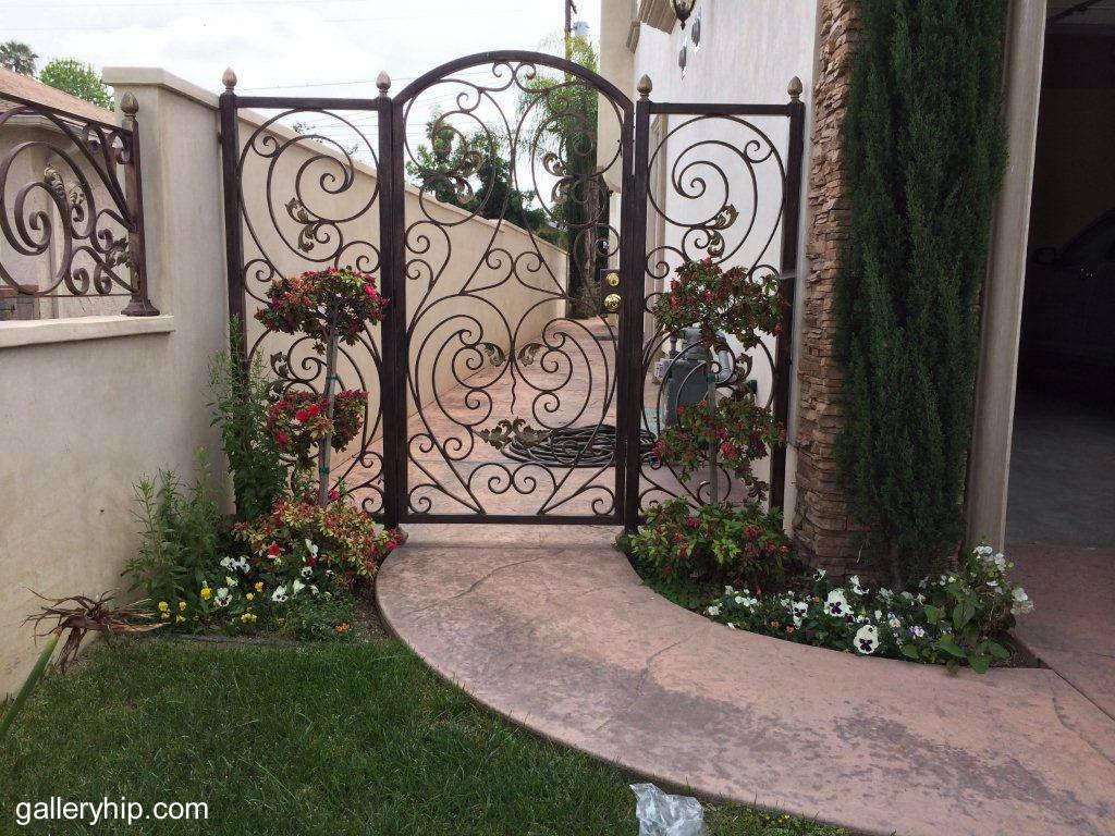 Arquitectura de casas puerta de reja decorativa en una - Puertas de hierro para jardin ...