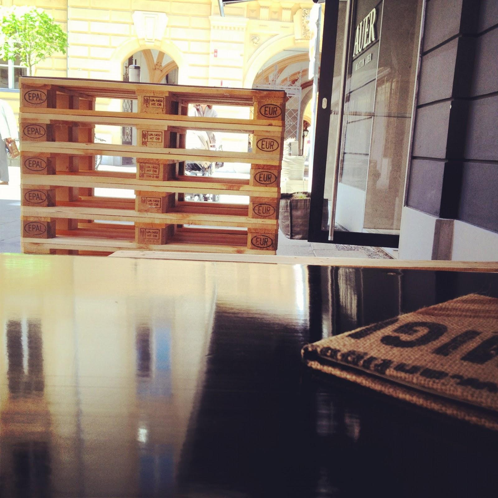K che aus paletten selber bauen k che spritzschutz diy for Wohnzimmermobel mit viel stauraum
