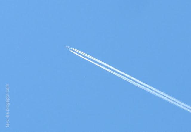 конденсационный след самолета