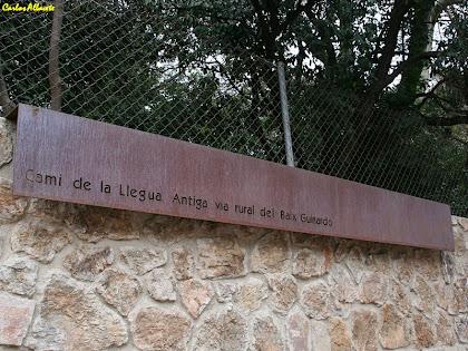 Rètol en honor de l'antic Camí de la Llegua. Autor: Carlos Albacete