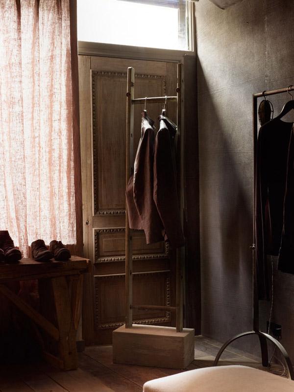 colgador de ropa de madera boutique y puerta de madera