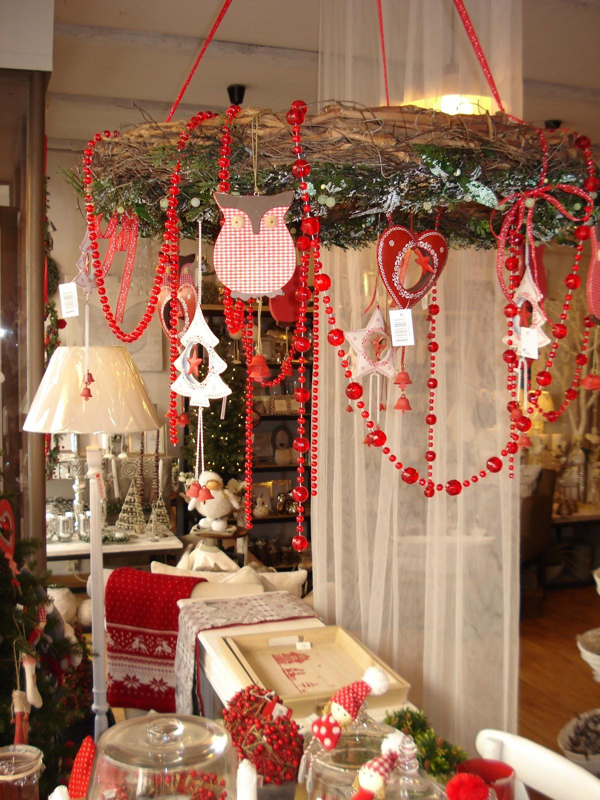 y colgando todo tipo de motivos navideos guinarlas y colgantes sueltos que en alguna ocasin