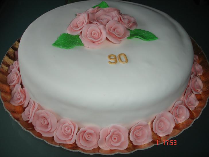Bolo de aniversário para uma senhora decorado com rosascom flores