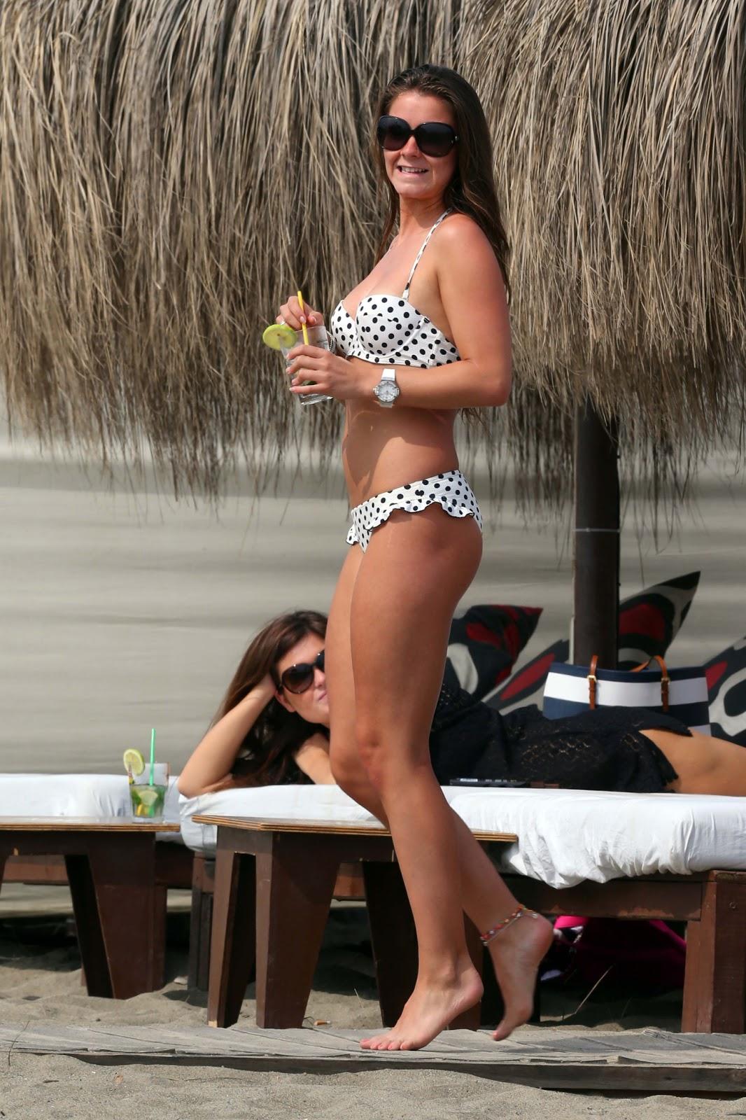 http://4.bp.blogspot.com/-uN43_MnpfN4/Ubo2iTMESRI/AAAAAAAAhLA/TBgN_ghMwO0/s1600/Brooke+Vincent+-+Polka+dot+Bikini+on+the+Beach+in+Spain-+June+2013-05.jpg
