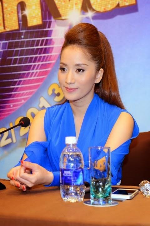 Ngân Khánh diện váy xẻ ngực táo bạo đi họp báo