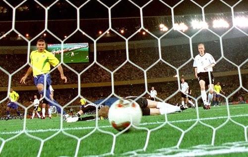 Gol de Ronaldo depois de Oliver Kahn soltar o rebote.