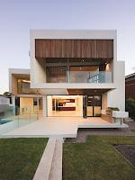 foto de fachada de casa moderna con baranda y separadores de vidrio