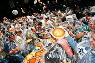 Foto The Guinness Book of World Records pembuatan kue dengan peserta terbanyak Terbanyak di dunia