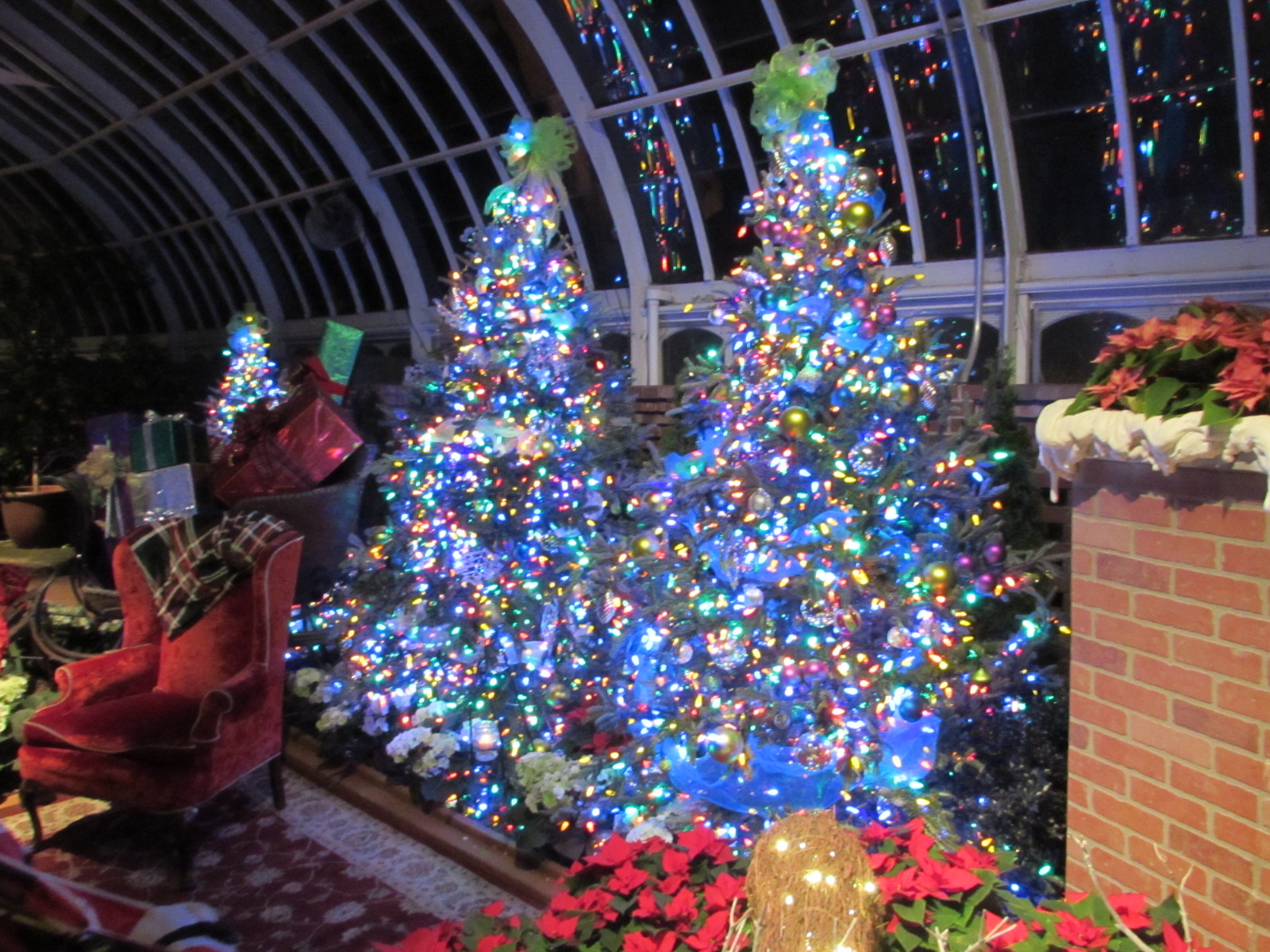 who would mind having a living room in phipps conservatory like this this room shows some of the more traditional holiday decor styles