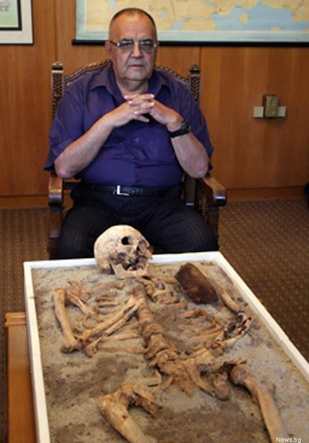 скелет с железным колом в груди