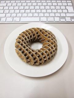 助太力くんの机の上に置かれたドーナツ(?)の写真