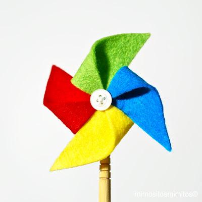 broche de fieltro molinillo de viento decorado con botón